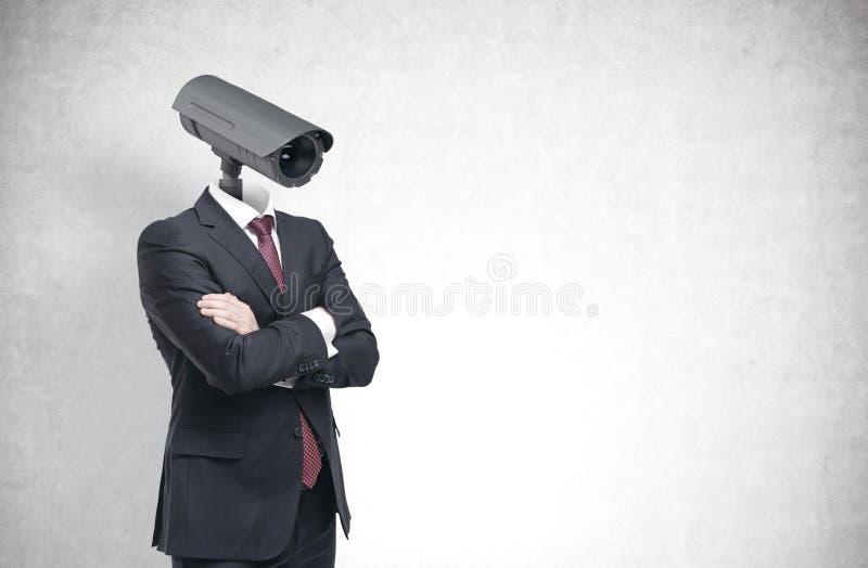 Homme avec une tête d'appareil-photo de télévision en circuit fermé, concrète photos libres de droits