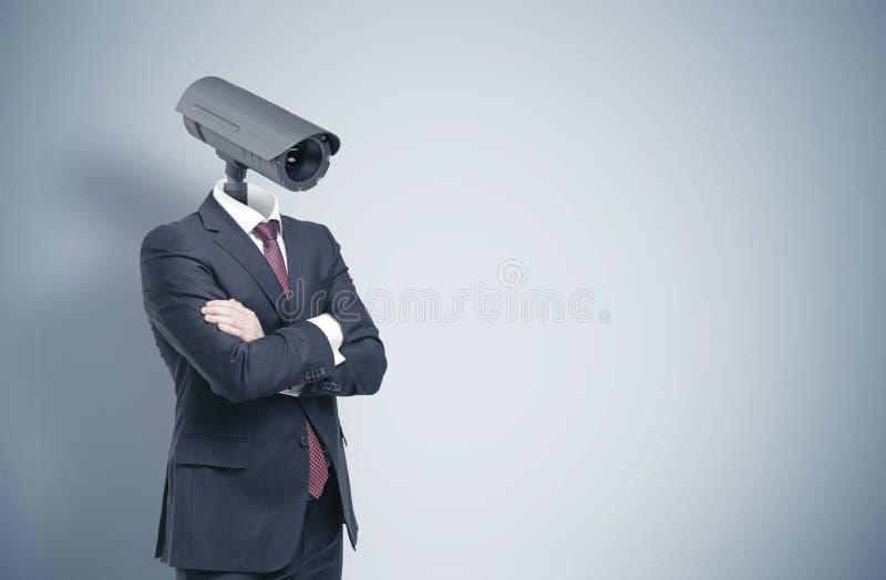 Homme avec une tête d'appareil-photo de télévision en circuit fermé, grise images stock