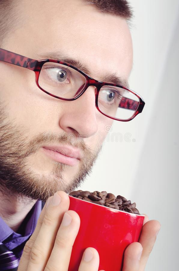 Homme avec une tasse image stock
