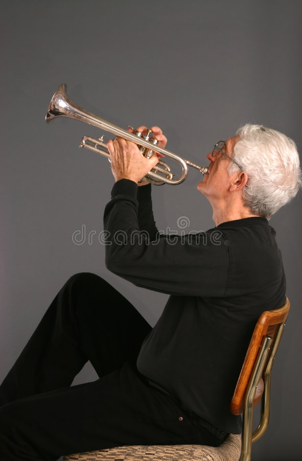 Homme avec une trompette images libres de droits