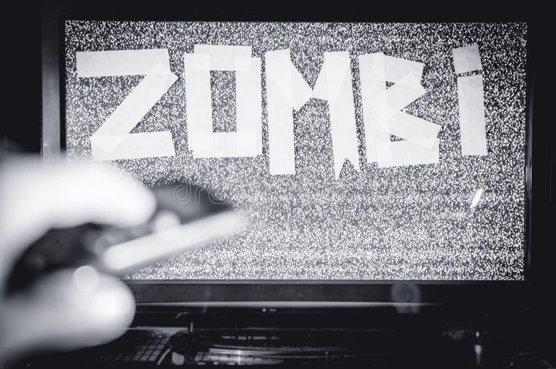 Homme avec une TV au lieu d'une tête Inscription de zombi de media Les réseaux de Social de multimédia photo stock