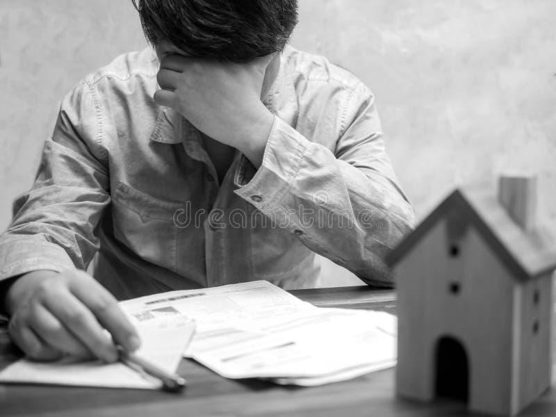 Homme ayant des problèmes financiers avec la dette et les factures à la maison, concept d'argent , les immobiliers, achètent un a images libres de droits