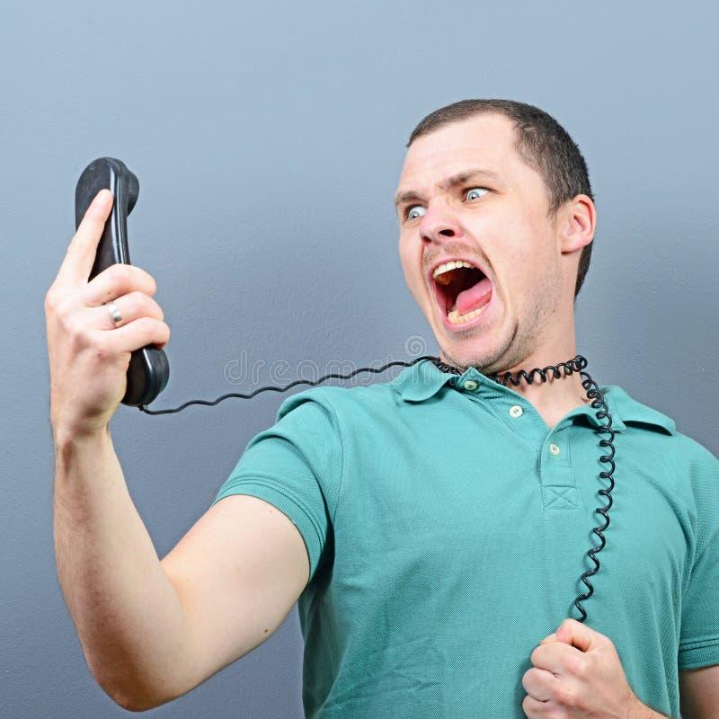 Homme ayant la conversation désagréable au téléphone image stock