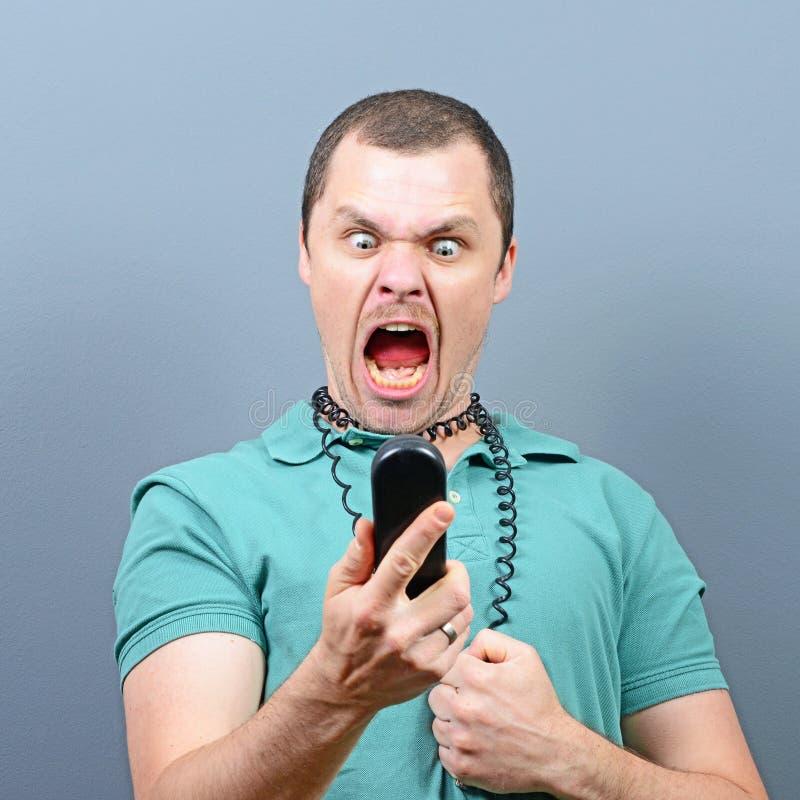 Homme ayant la conversation désagréable au téléphone images libres de droits