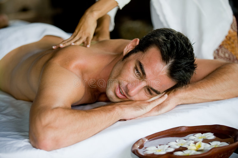 Homme ayant le massage photo stock