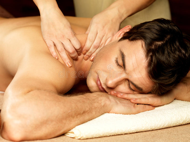 Homme ayant le massage dans le salon de station thermale images stock