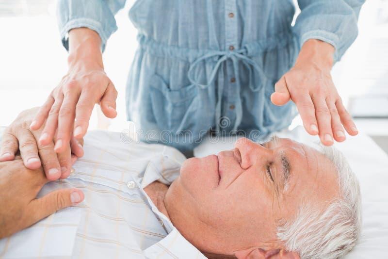 Homme ayant le traitement de Reiki par le thérapeute photos libres de droits