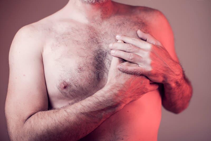 Homme ayant une crise cardiaque Les gens, soins de santé, concept de médecine images stock