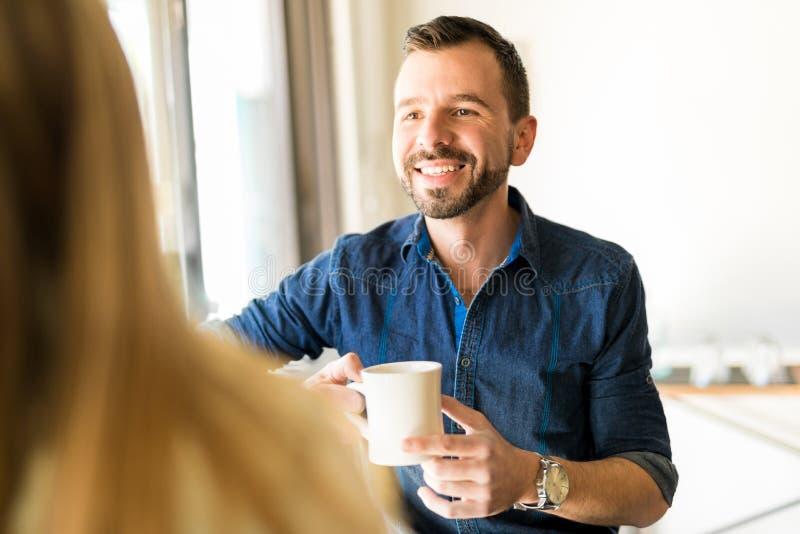 Homme ayant une date avec du café photos libres de droits