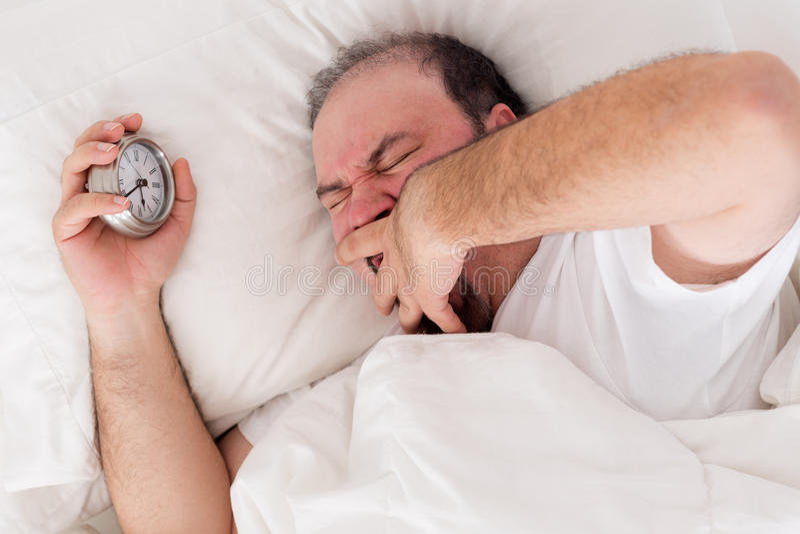 Homme baîllant comme il essaye de se réveiller photos libres de droits