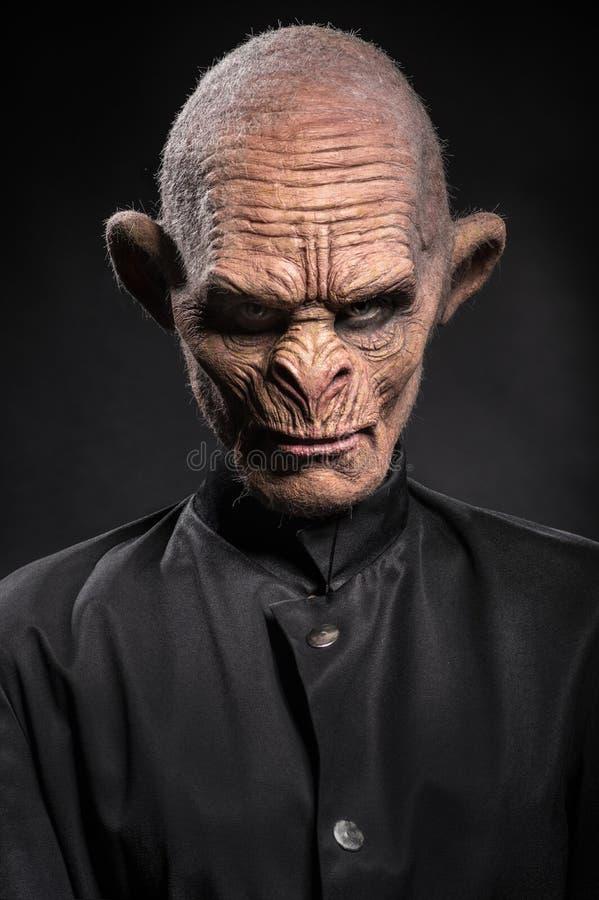 Homme baboonish fâché dans des vêtements noirs photo libre de droits