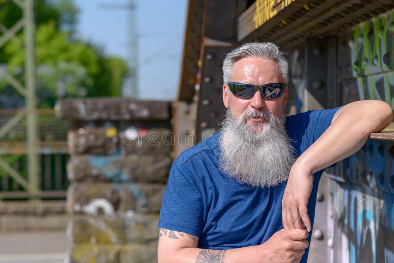 Homme barbu attirant à la mode dans des lunettes de soleil photos libres de droits