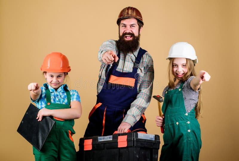 Homme barbu avec de petites filles P?re et fille dans l'atelier D?panneur dans l'uniforme foreman gentil ouvrier d'?quipement d'i images libres de droits