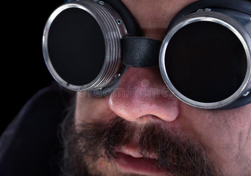 Homme barbu avec des lunettes de soudure - plan rapproché photos libres de droits