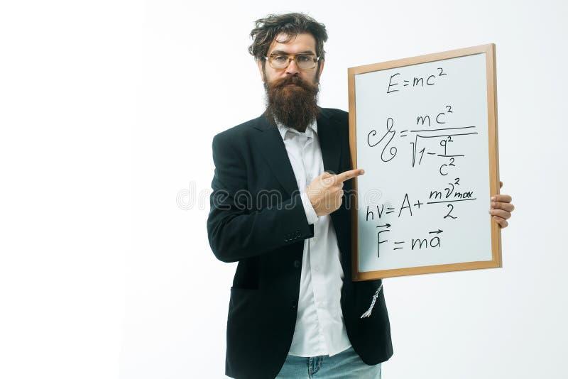 Homme barbu avec la formule d'einstein et la loi de newton photos stock