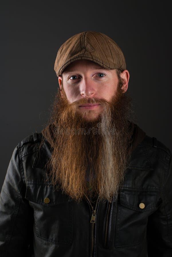 Homme barbu avec la veste en cuir et le chapeau images stock