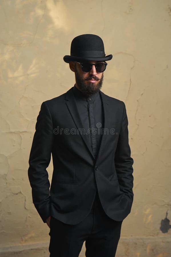 Homme barbu avec le costume noir photos libres de droits