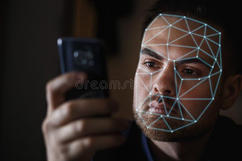 Homme barbu avec le smartphone utilisant le système de reconnaissance d'identification de visage image libre de droits
