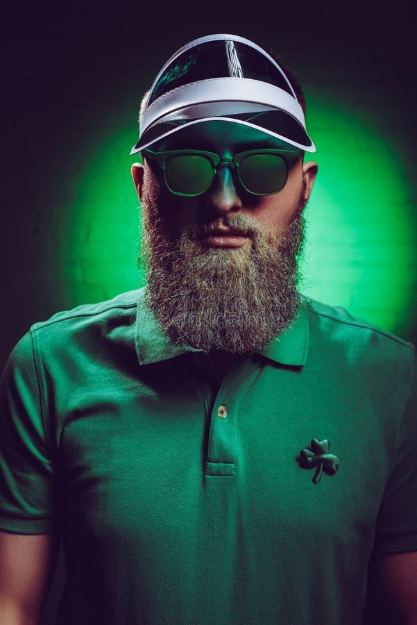 homme barbu bel dans le polo vert avec l'oxalide petite oseille photo stock