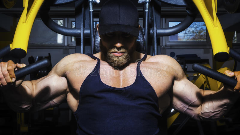 Homme barbu bel de bodybuilding photo stock