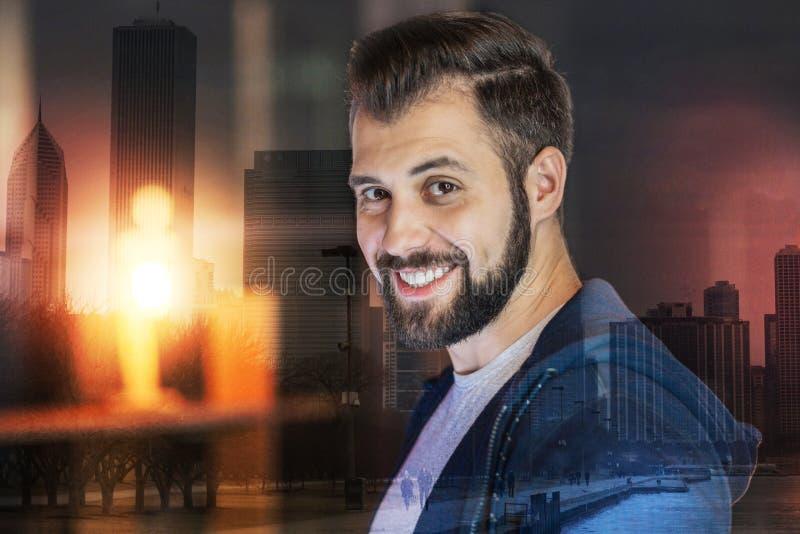 Homme barbu bel souriant tout en seul se tenant photo stock