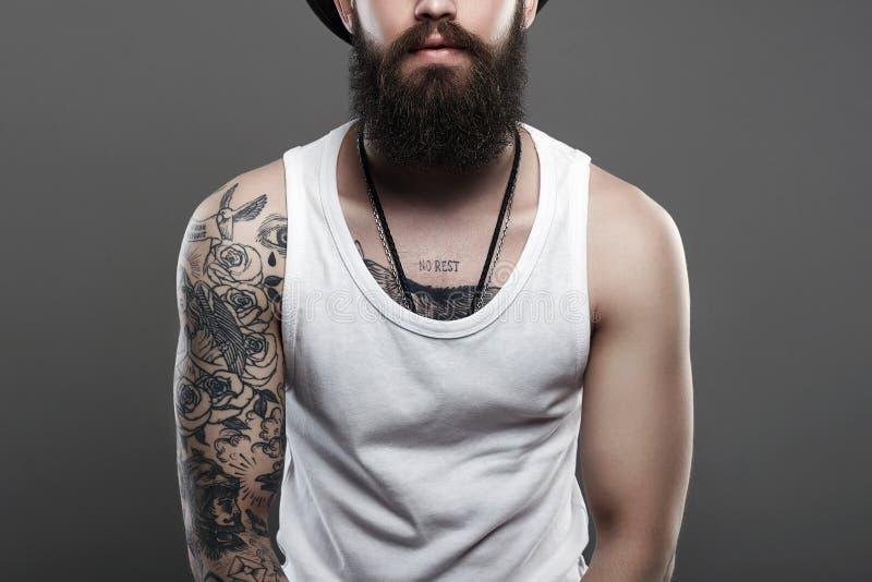 Homme barbu bel tatoué Portrait photo stock