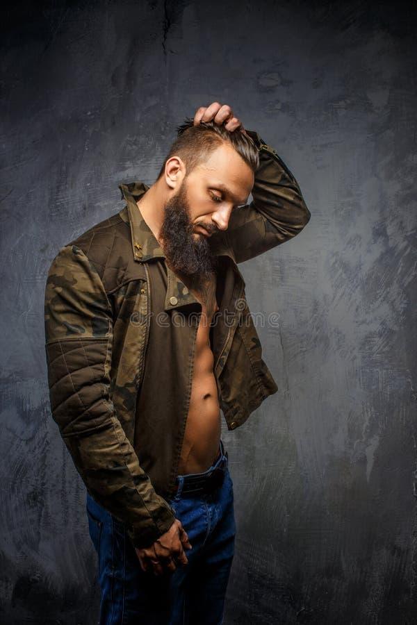 Homme barbu brutal dans les vêtements décontractés photos stock