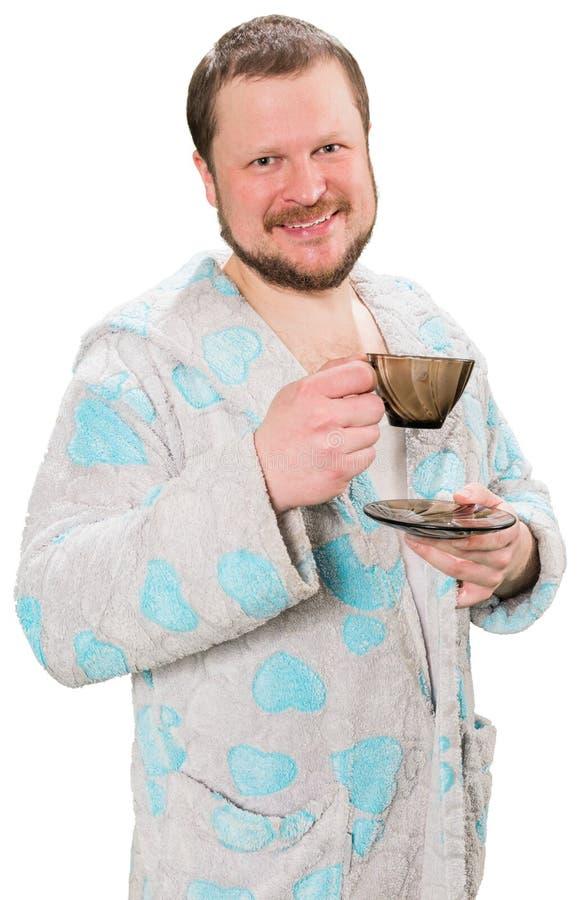 Homme barbu d'une cinquantaine d'années dans le coffe potable de peignoir photo stock