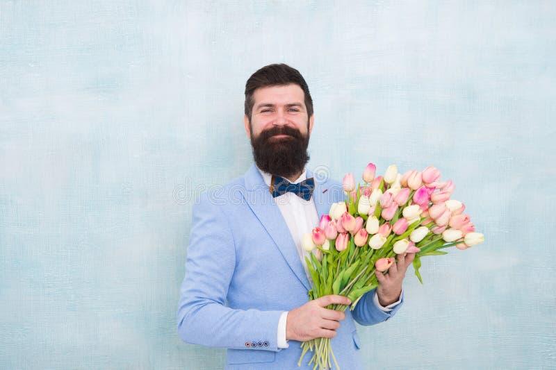 homme barbu dans le noeud papillon avec des fleurs de tulipe mari? de jeune mari?e ? la noce Bouquet de source 8 de mars date d'a images stock
