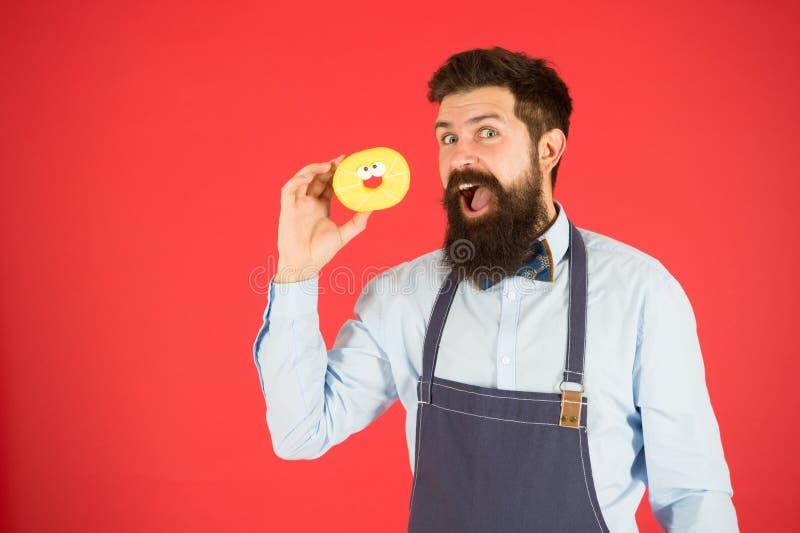 Homme barbu dans le tablier R?gime et nourriture saine R?gime de beignet calorie Faim de sensation Aucun r?gime Homme de chef en  images libres de droits