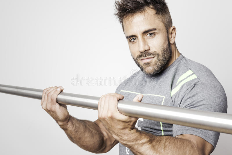 Homme barbu de bodybuilding images stock