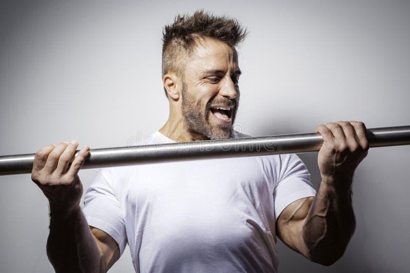 Homme barbu de bodybuilding images libres de droits
