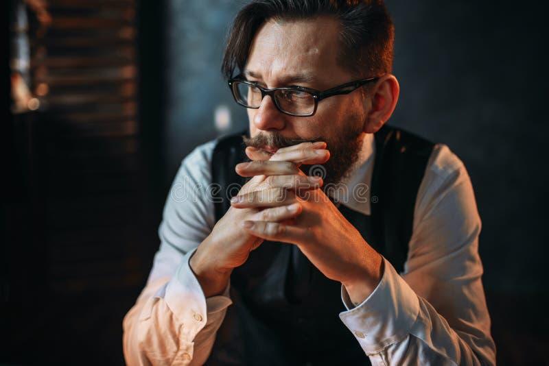 Homme barbu de couvée sérieux en verres photographie stock libre de droits