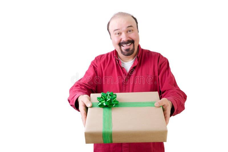 Homme barbu de sourire donnant un cadeau image stock
