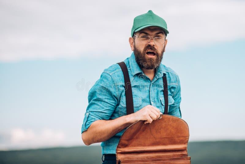 Homme barbu Hippie mûr avec la barbe Aller fonctionner Homme d'affaires Homme barbu avec la rétro serviette Mâle brutal photo stock