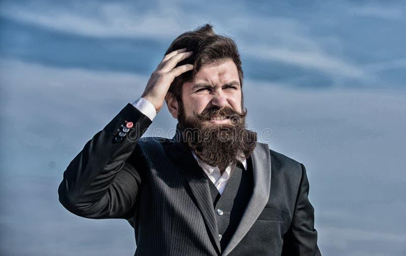 Homme barbu Hippie m?r avec la barbe Homme d'affaires contre le ciel Future r?ussite Mode formelle masculine Brutal photo libre de droits