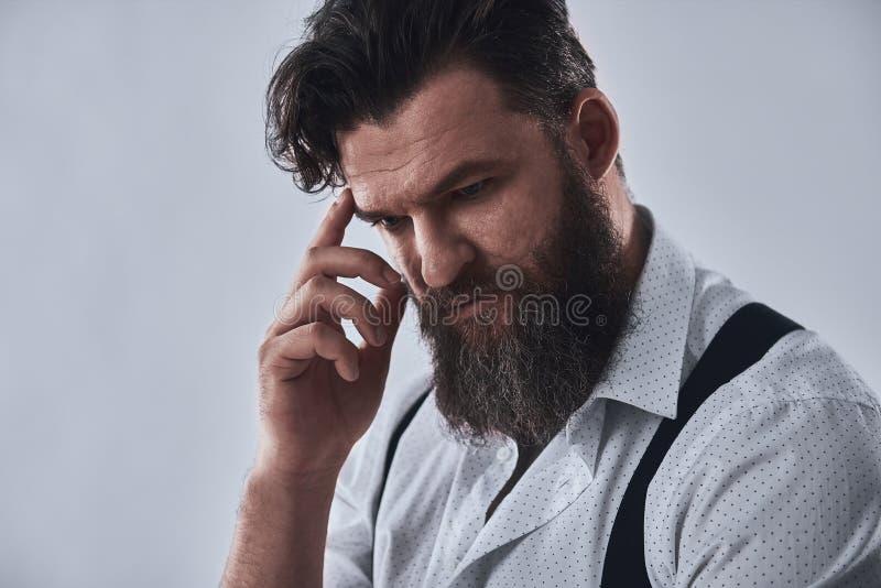 Homme barbu songeur image stock