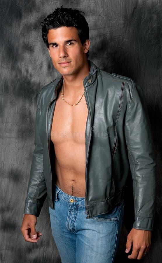 Homme beau et convenable dans la jupe en cuir ouverte image libre de droits