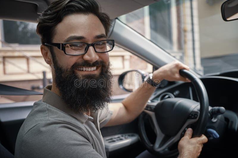 Homme beau et heureux conduisant la voiture photographie stock