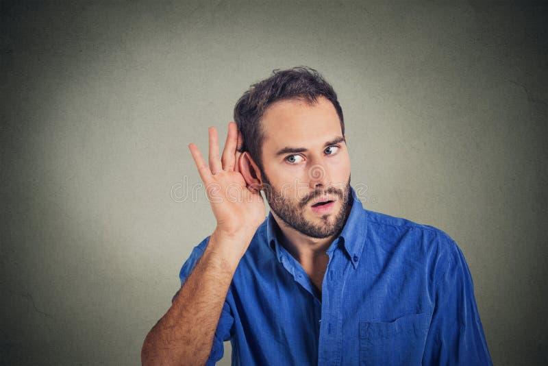 Homme bel écoutant secrètement sur l'entretien privé photo stock