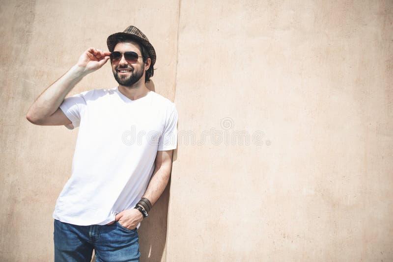 Homme bel appréciant le jour chaud dehors photographie stock libre de droits