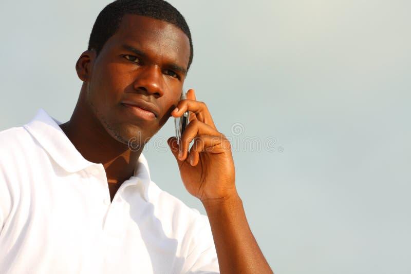 Homme bel au téléphone image stock