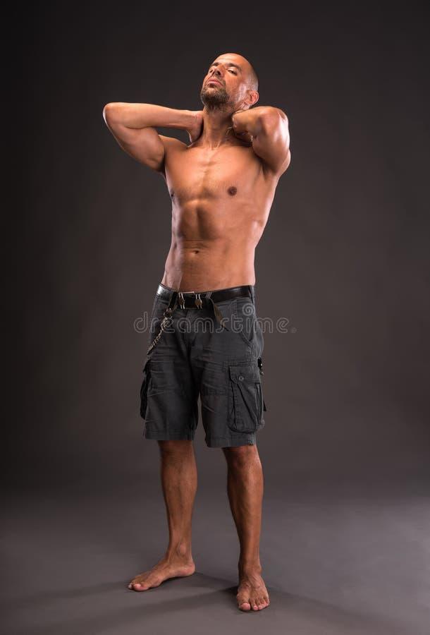 Homme bel aux pieds nus chauve images stock