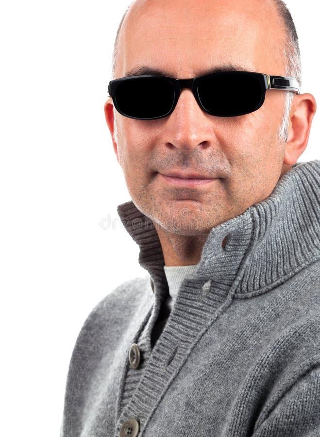Homme bel avec des lunettes de soleil images stock