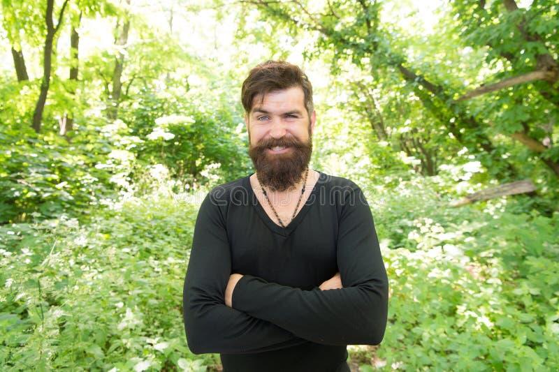 Homme bel avec des vacances d'été de barbe et de moustache Brutalité de concept de jungles Concept de saison de la chaleur d'été  photographie stock