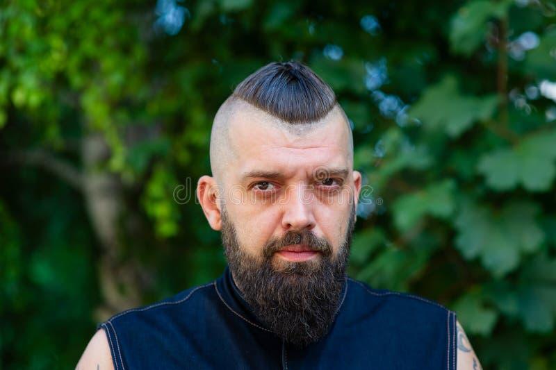 Homme bel avec des vacances d'été de barbe et de moustache Brutalité de concept images stock