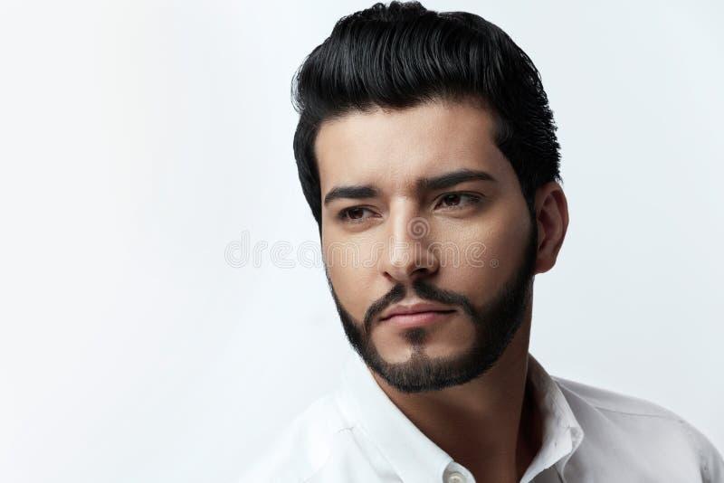 Homme bel avec la coiffure, la barbe et le portrait de visage de beauté photo libre de droits