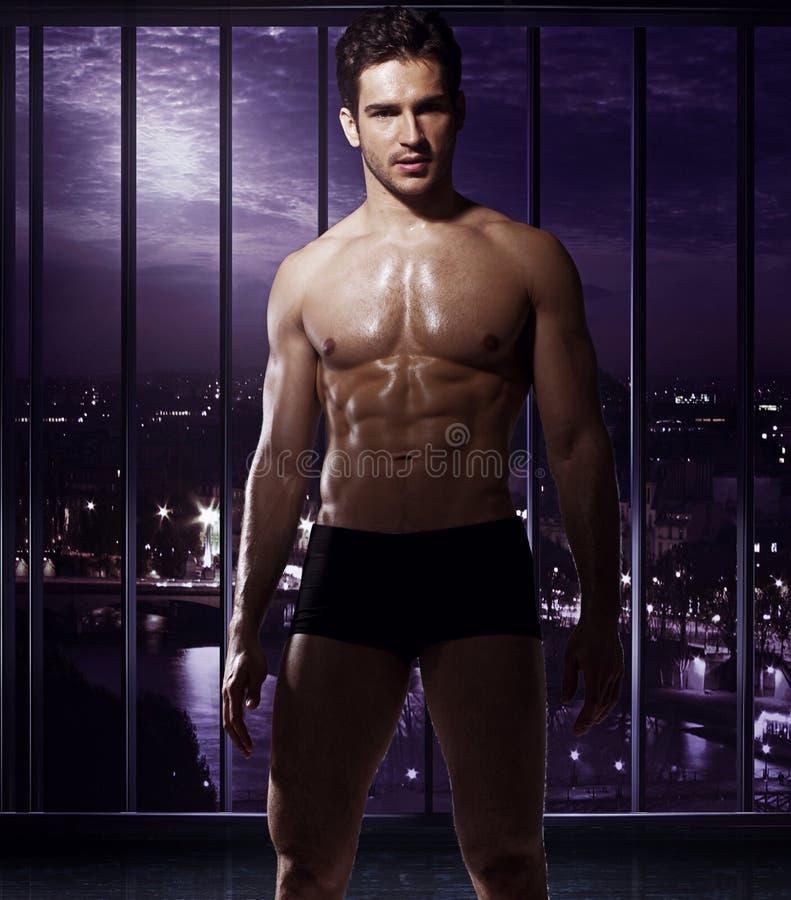 Homme bel avec le corps fabuleux images libres de droits