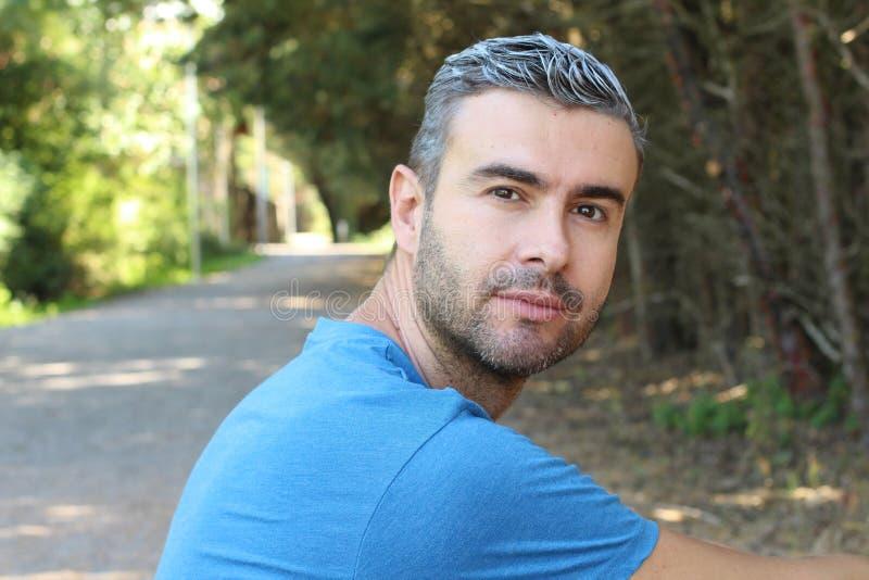 Homme bel avec les cheveux gris dehors photo libre de droits