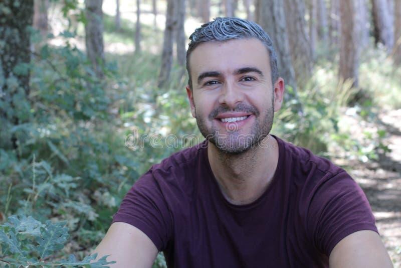 Homme bel avec les cheveux gris en nature images libres de droits